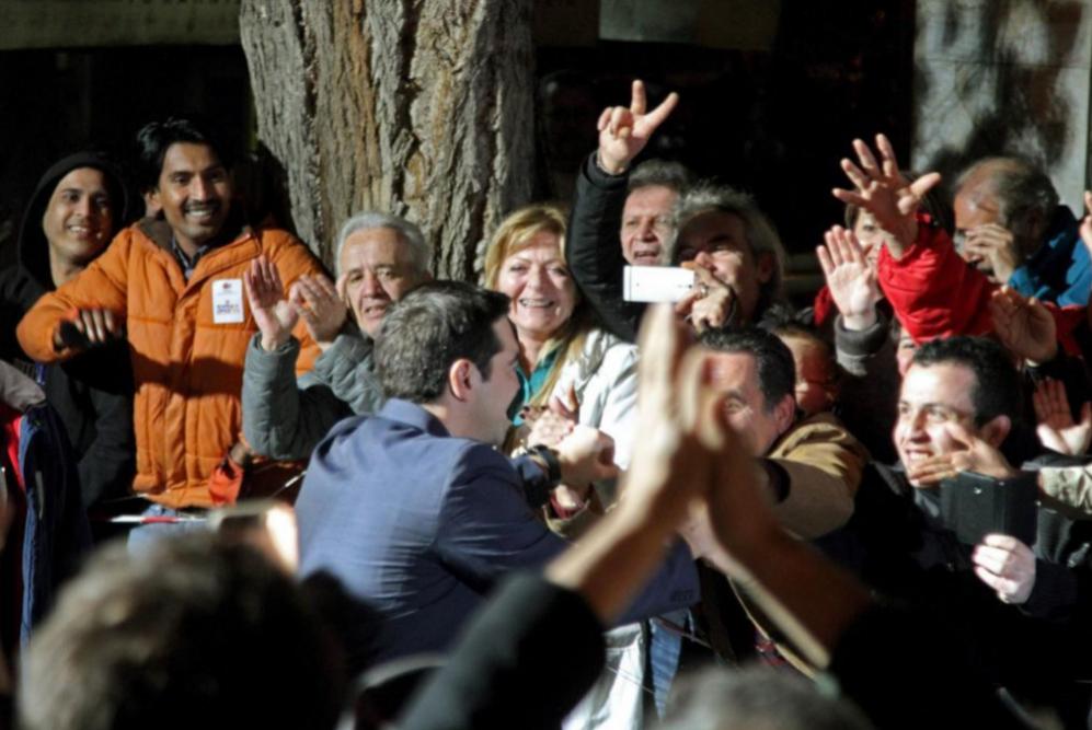Tsipras saluda a sus partidarios fuera de la sede Syriza, en la Plaza...