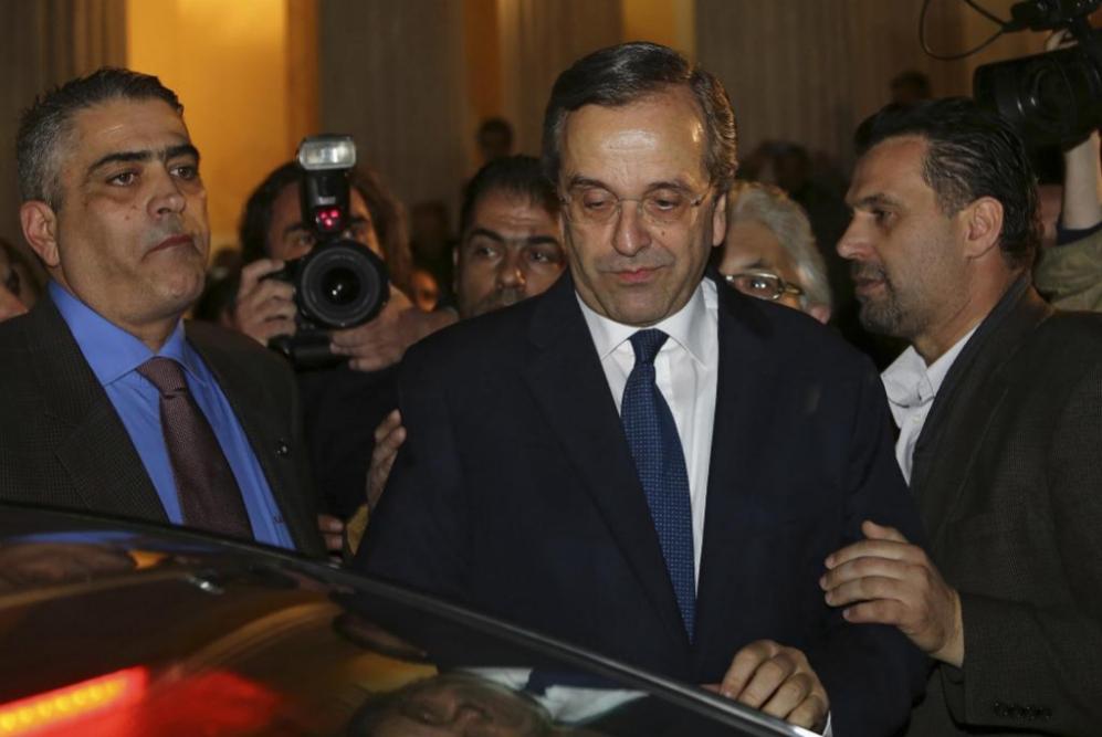 Seriedad en el rostro del primer ministro griego, Antonis Samaras tras...