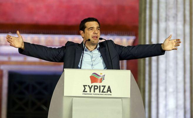 El líder de la coalición izquierdista Syriza se dirige a sus...