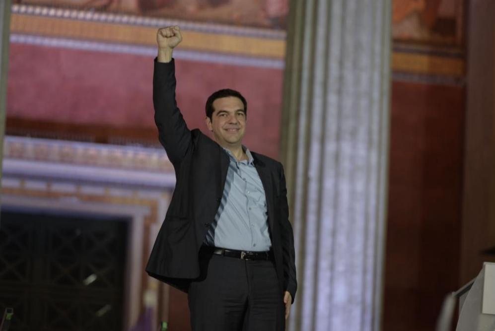 El líder Syriza Alexis Tsipras saluda a sus partidarios tras la...