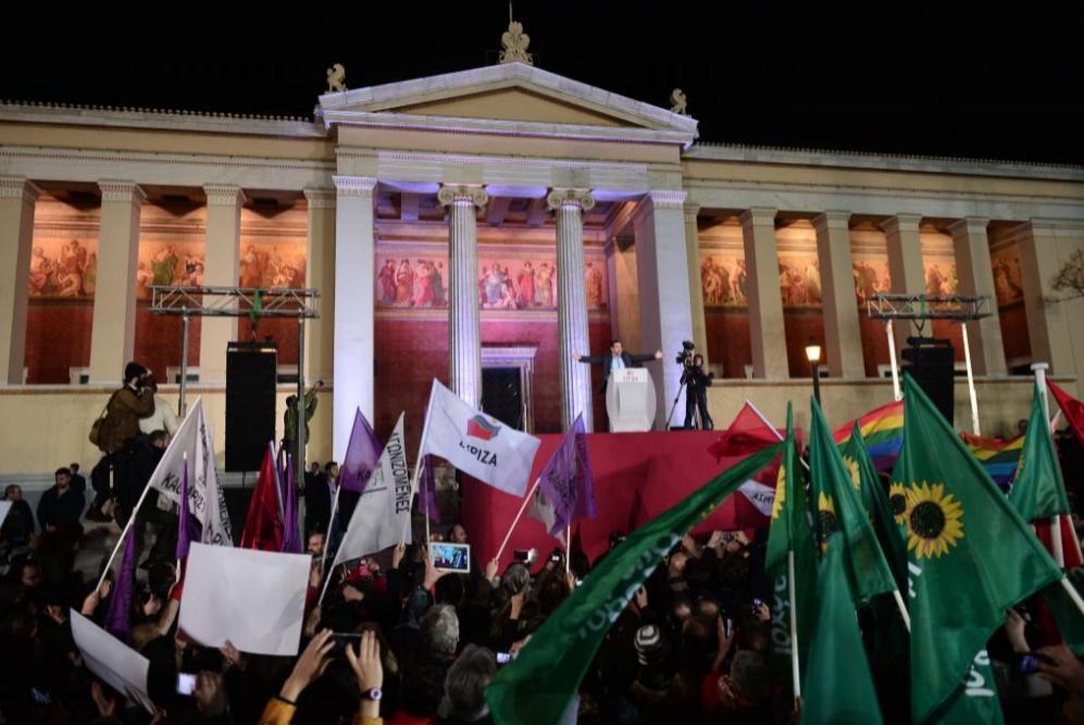 El líder de Syriza Alexis Tsipras saluda a sus partidarios tras la...