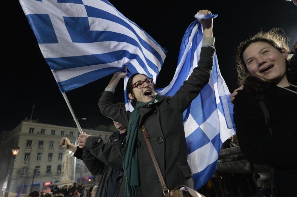 Partidarios de Alexis Tsipras escuchan su discurso tras la victoria de...