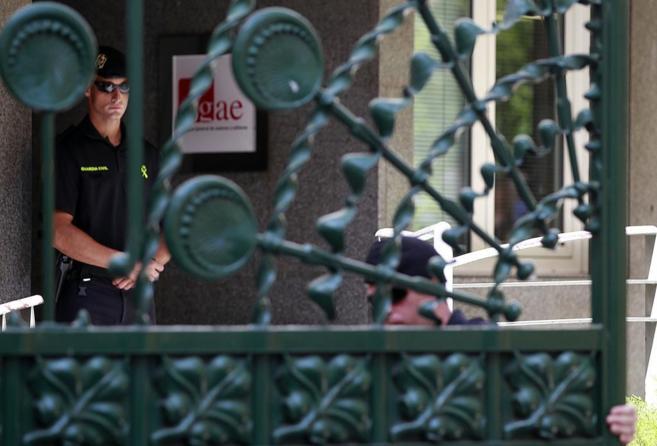 Agentes de la Guardia Civil, durante la intervención en la sede de la...