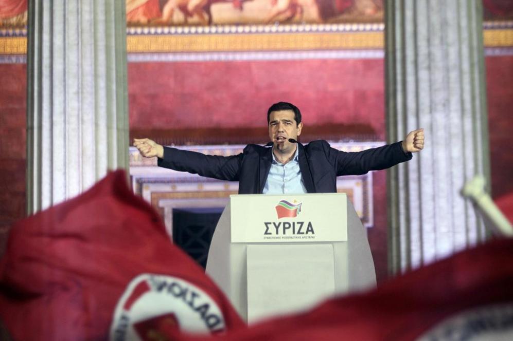 Alexis Tsipras, líder de Syriza, se da un baño de masas tras...