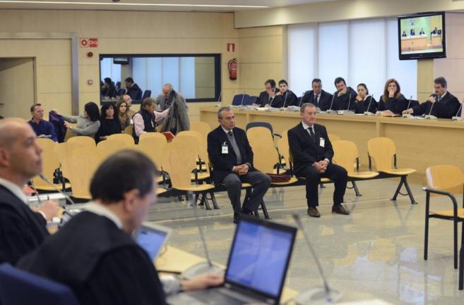 El ex director general de la CAM Roberto López Abad (i) y el...