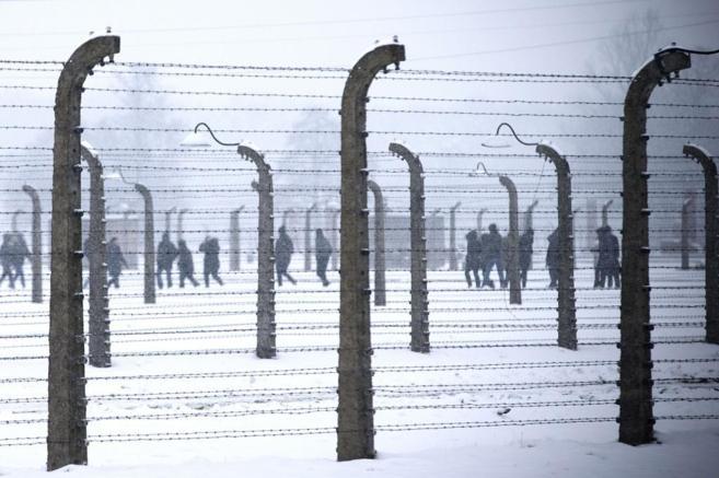 Visitantes caminan por el campo de concentración Auschwitz...