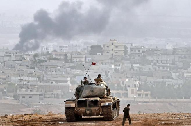 Un tanque turco, en las proximidades de la ciudad kurdo-siria de...