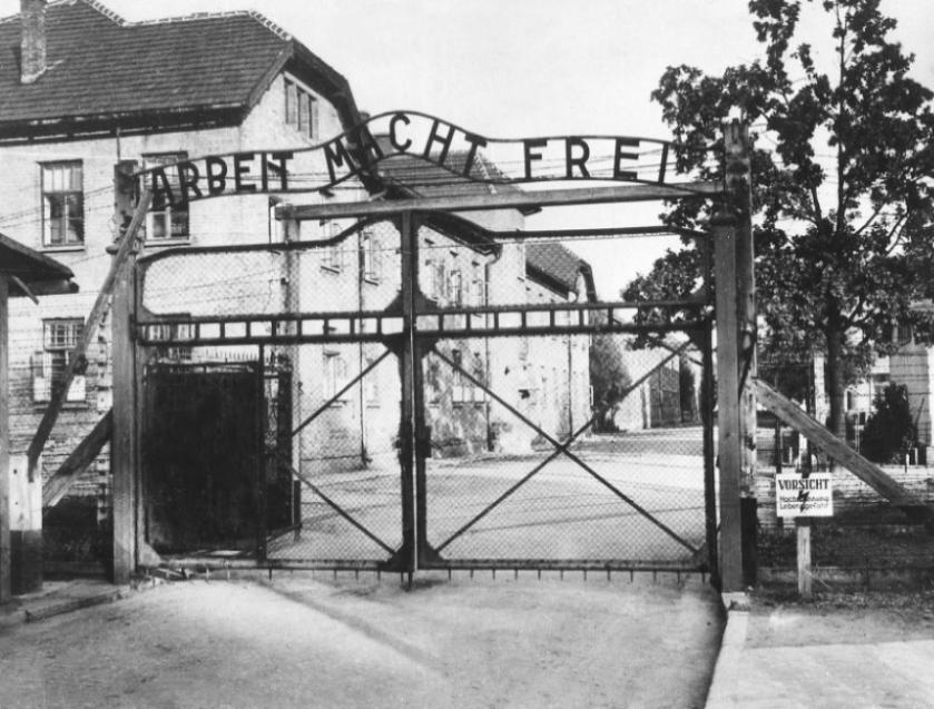 La entrada al campo de concentración con el tristemente célebre...