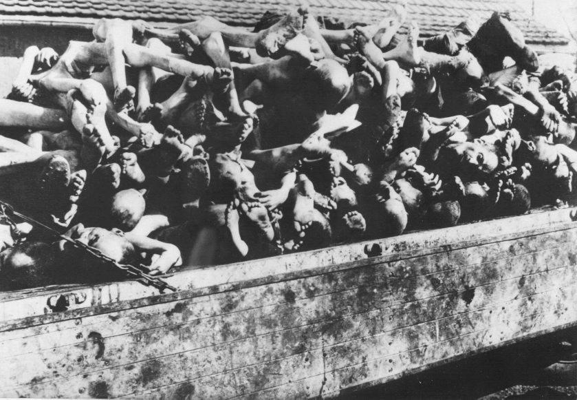 Cadáveres agolpándose en un rincón del campo de exterminio.
