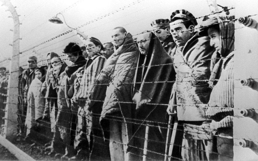 Prisioneros contemplan la llegada del ejército rojo.