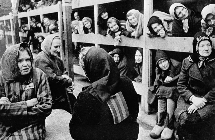 Mujeres hacinadas en uno de los barracones.