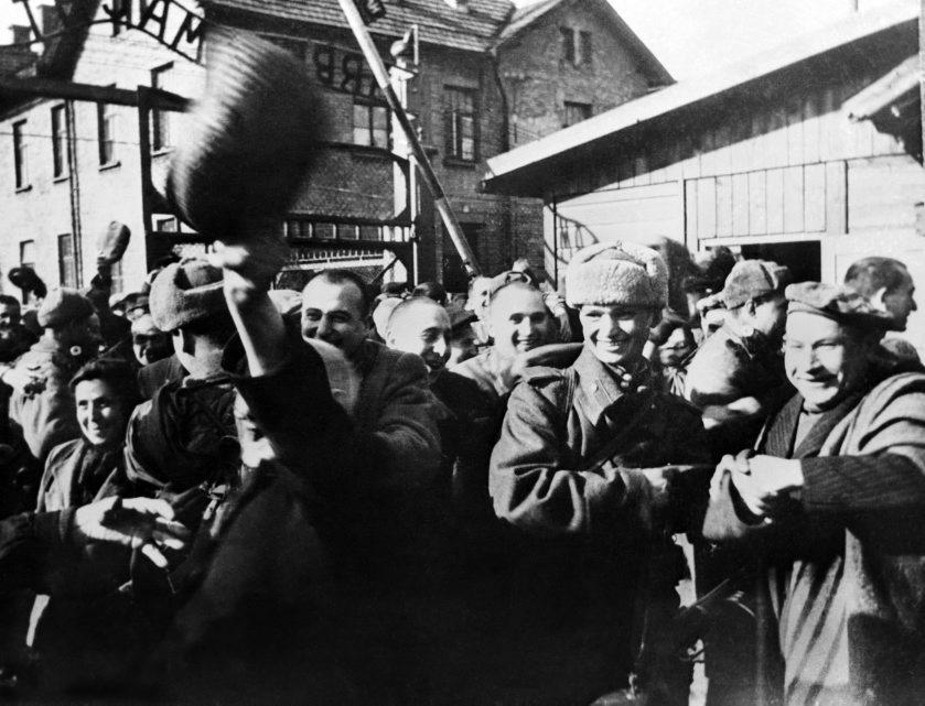 Celebraciones tras la liberación del campo de concentración.