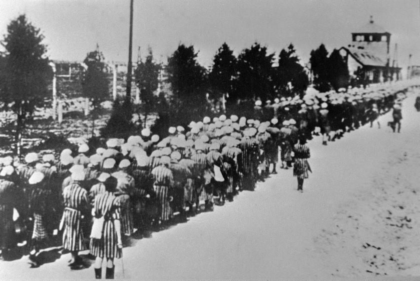Un grupo de mujeres espera para entrar en el campo de concentración...