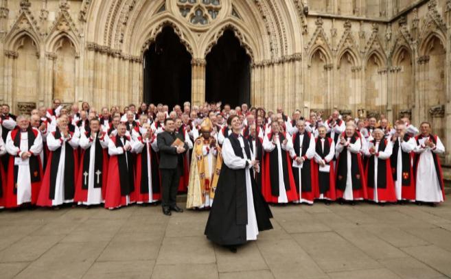 Libby Lane, la primera mujer obispo de la Iglesia de Inglaterra, posa...