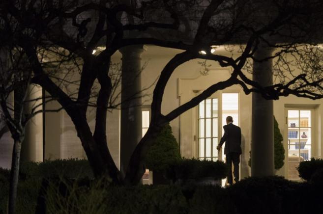 El presidente de EEUU, Barack Obama, entra en la Casa Blanca, en...