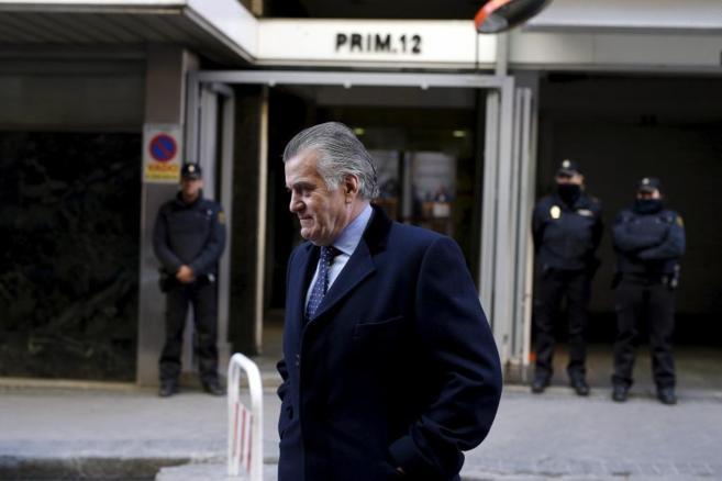 Luis Bárcenas abandonando la Audiencia Nacional tras firmar, ayer.
