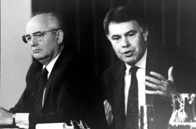El presidente de la Unión Soviética, Mijail Gorbachov, y el...