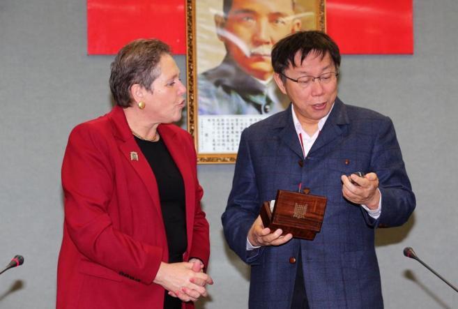 El alcalde de Taipei, Ko Wen-je, recibe un reloj de bolsillo de parte...