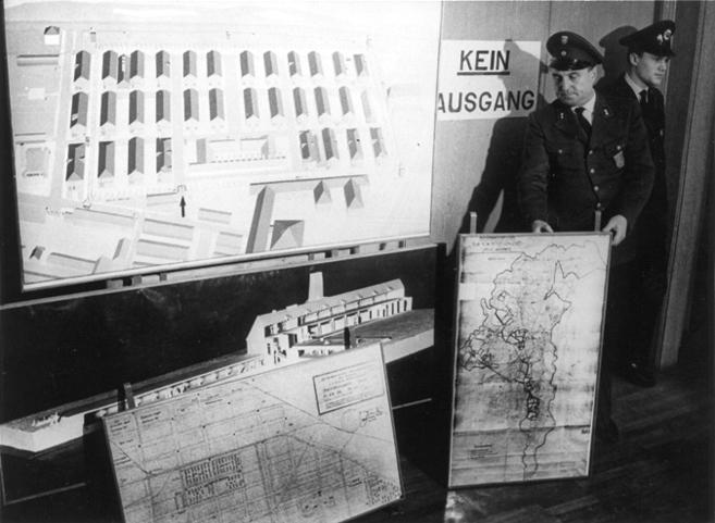 Funcionarios alemanes muestran mapas y gráficos del campo durante el...