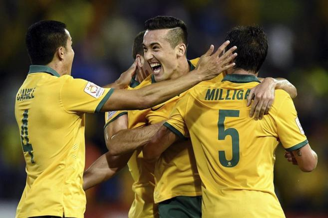 El australiano Jason Davidson celebra el segundo gol junto a sus...