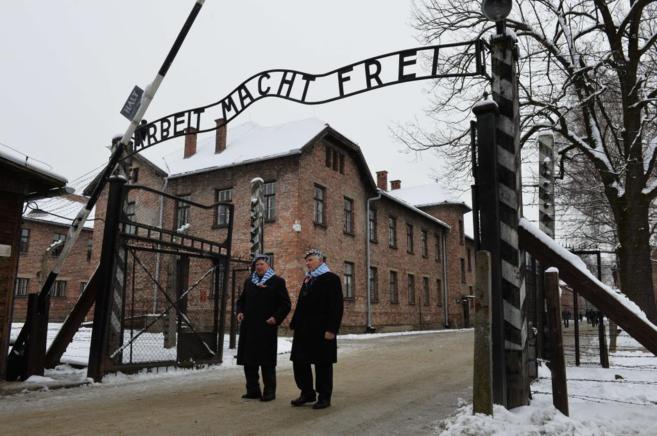 Supervivientes a la entrada del campo de concentración