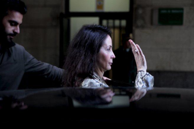 La juez Mercedes Alaya saluda a las puertas de los juzgados de...