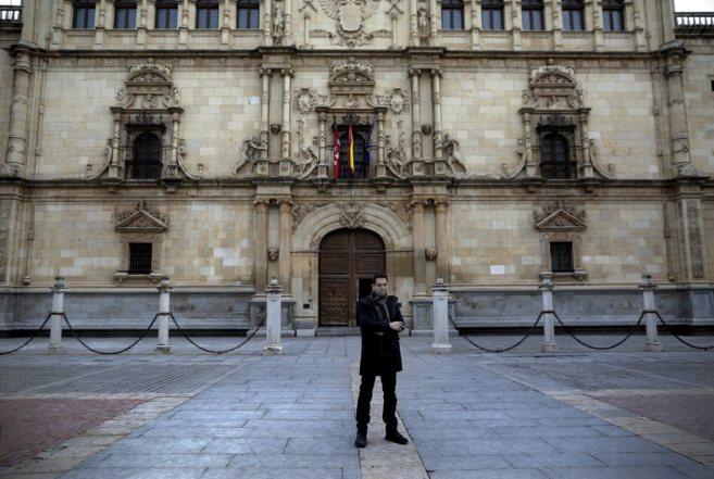 Jonathan Bar-Magen, ante la fachada de la UAH, que le ha abierto un...