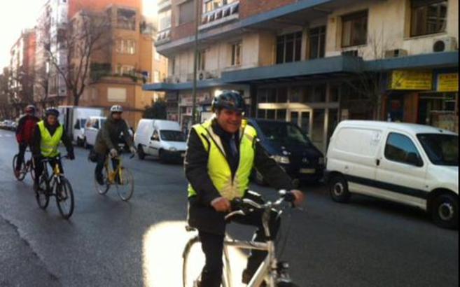 Antonio Miguel Carmona durante su paseo en bicicleta por Madrid.