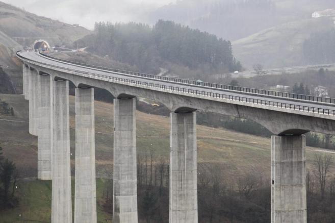 Uno de los viaductos por los que discurrirá el tren de alta...