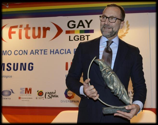 El embajador Costos con su premio de Fitur Gay