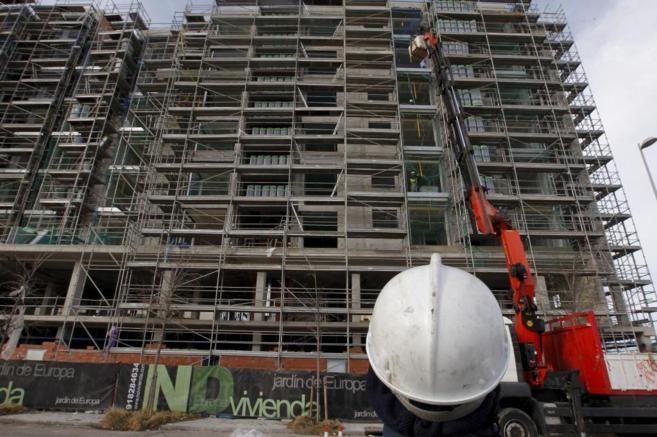 Imagen de un edificio residencial en proceso de construcción.