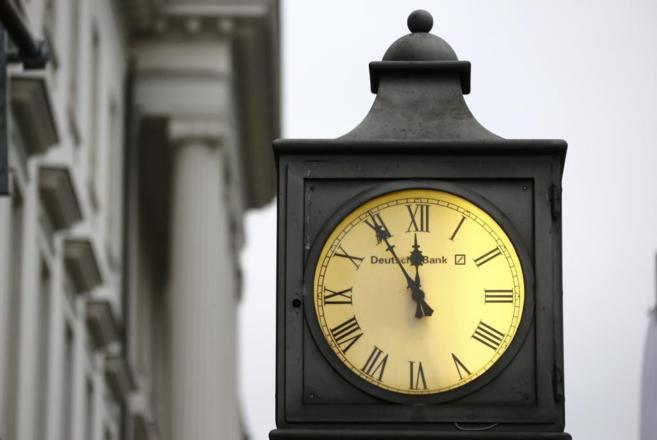 Un reloj 'vintage' con el logotipo de Deutsche Bank, fuera de la...