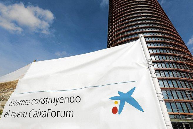 Cartel anunciador de las obras de CaixaForum Sevilla a los pies de la...