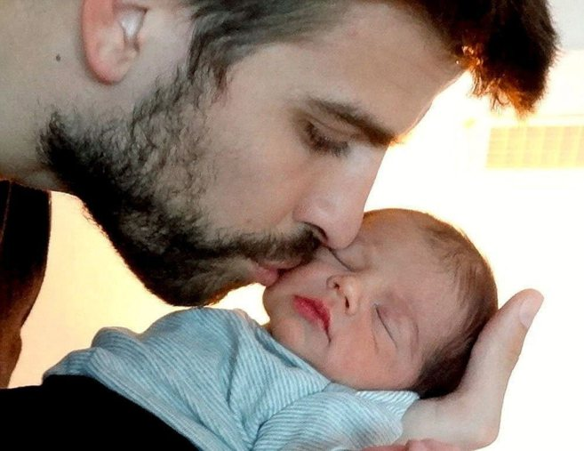 Piqué y su primer hijo en una imagen difundida por la pareja en la...
