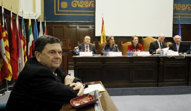 Manuel López, presidente de la CRUE, con Wert y Gomendio al fondo.