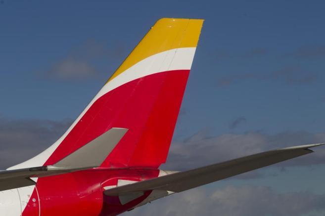 La cola de un avión con el logotipo de Iberia, una de las empresas...