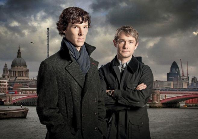 Benedict Cumberbatch y Martin Freeman como Holmes y Watson en la serie...