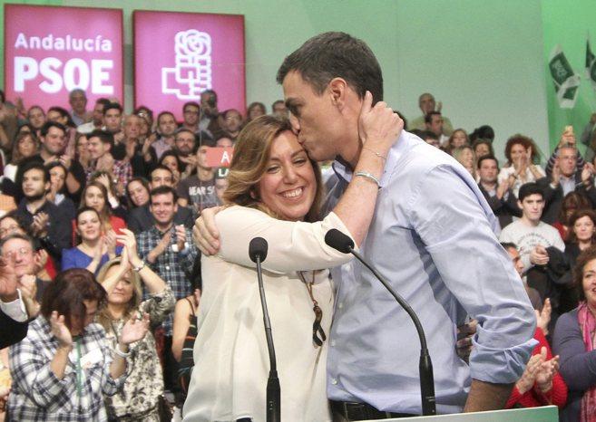 El secretario general del PSOE, Pedro Sánchez, abraza a Susana Díaz...
