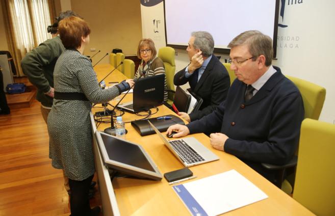 La rectora, al fondo, durante el consejo de gobierno de la UMA.