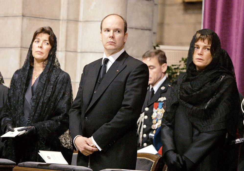 Otra imagen del funeral junto a sus hermanos Alberto y Carolina.