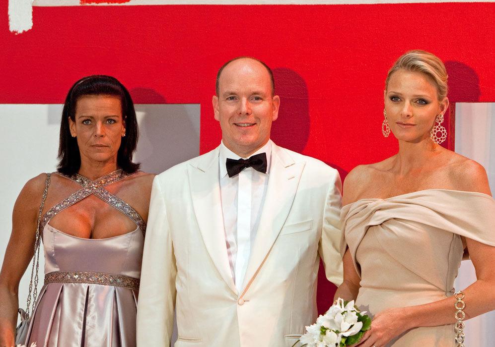 Ha posado junto a su hermano Alberto y su mujer, Charlene, en...