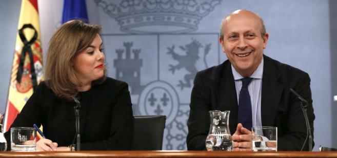 Wert, junto a Soraya Sáenz de Santamaría, en la rueda de prensa tras...
