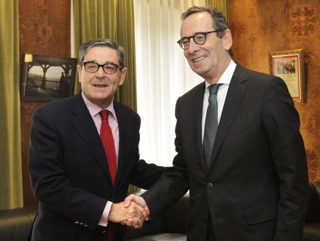 Mario Fernández, a la izquierda, con el actual presidente de...