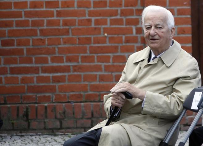 El ex presidente alemán Richard von Weizsaecker, sentado en un banco...