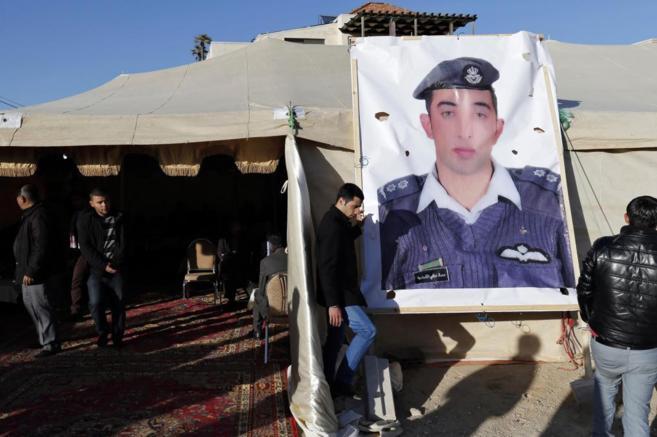 Familiares del piloto jordano reclaman su liberación.