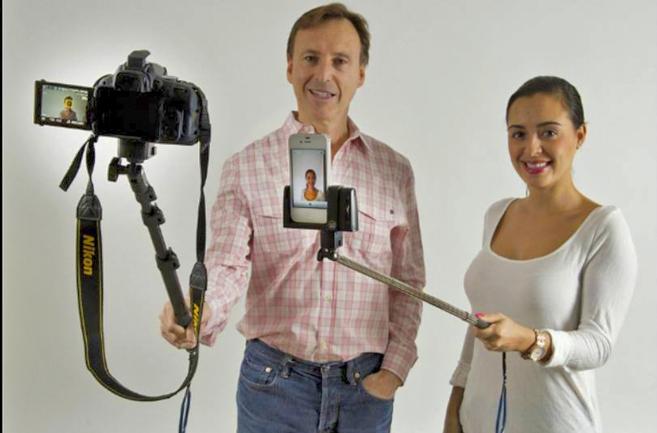 Wayne Fromm, canadiense, de 60 años, y su hija Sage, con el palo para...