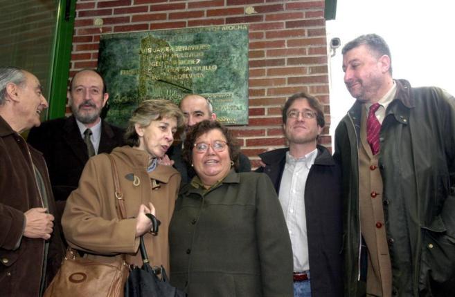 Lola, en el centro, junto a Cristina Almeida en uno de los homenajes a...