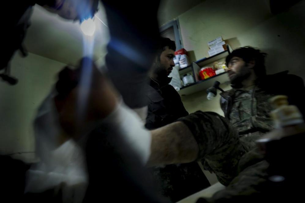 Un herido en los combates de ayer es atendido en un hospital de...