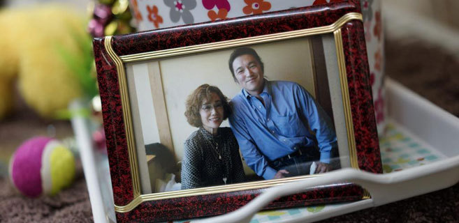 Fotografía en la que se ve a Kenki Goto junto a su madre.