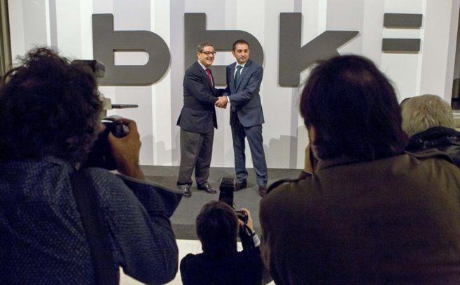 Mario Fernández y Xabier Sagredo se saludan ante las cámaras el 6 de...